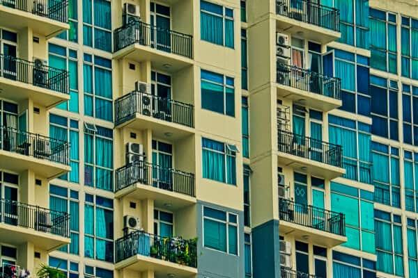 hotel de veraneo donde la gente hace balconing