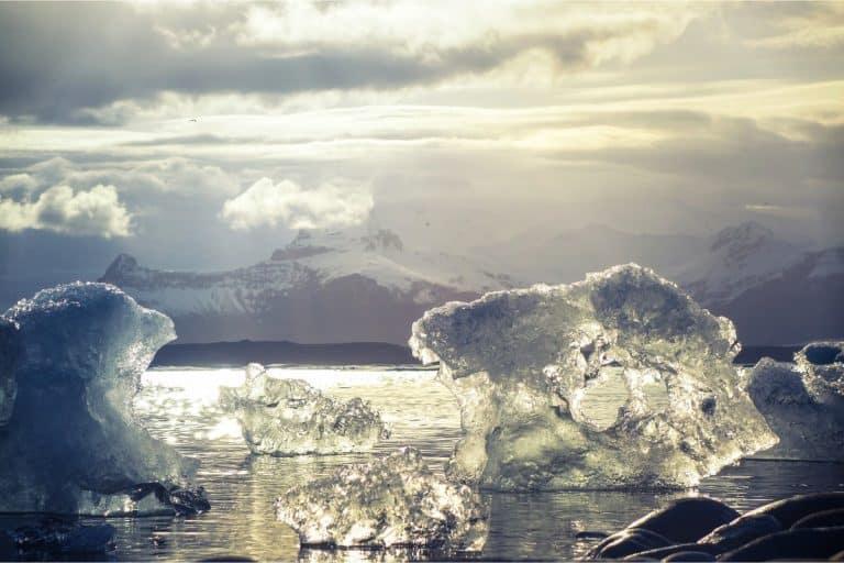 trozos de hielo que flotan por el mar