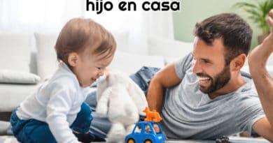 bebe-y-padre-tirados-en-el-suelo-y-disfrutando-de-varios-juguetes